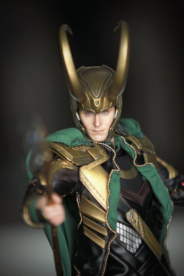 Tiro ascendente cercano de la figura de Loki Bad Guy en aparecer que lucha de la acción en cómic americanos por maravilla imagen de archivo libre de regalías