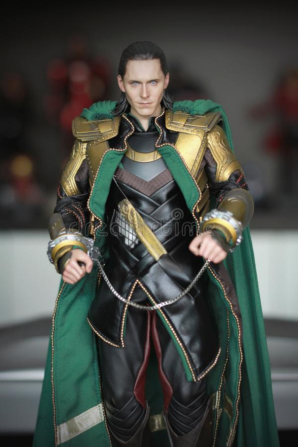 Tiro ascendente cercano de la figura de Loki Bad Guy en aparecer que lucha de la acción en cómic americanos por maravilla fotografía de archivo