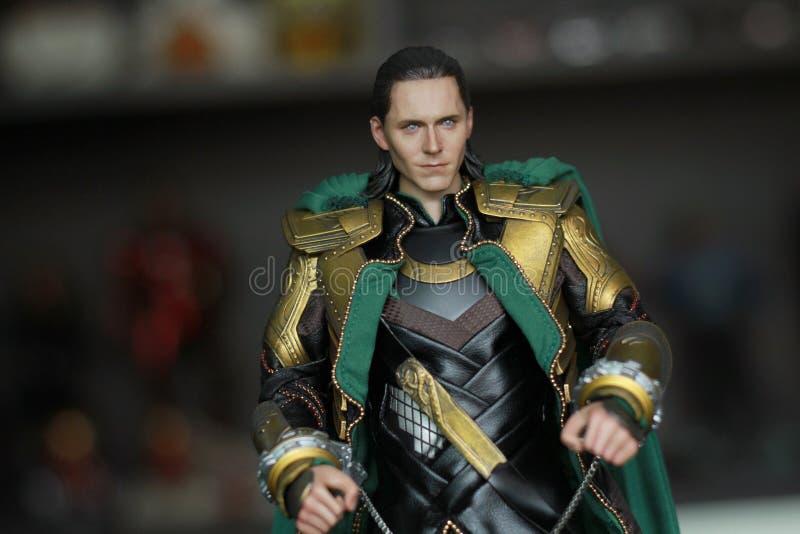 Tiro ascendente cercano de la figura de Loki Bad Guy en aparecer que lucha de la acción en cómic americanos por maravilla fotografía de archivo libre de regalías