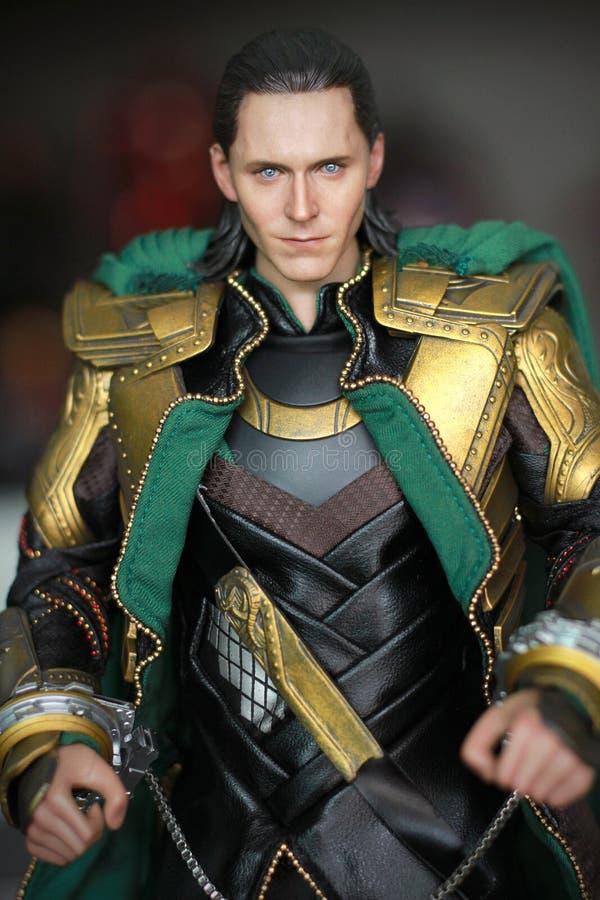 Tiro ascendente cercano de la figura de Loki Bad Guy en aparecer que lucha de la acción en cómic americanos por maravilla foto de archivo