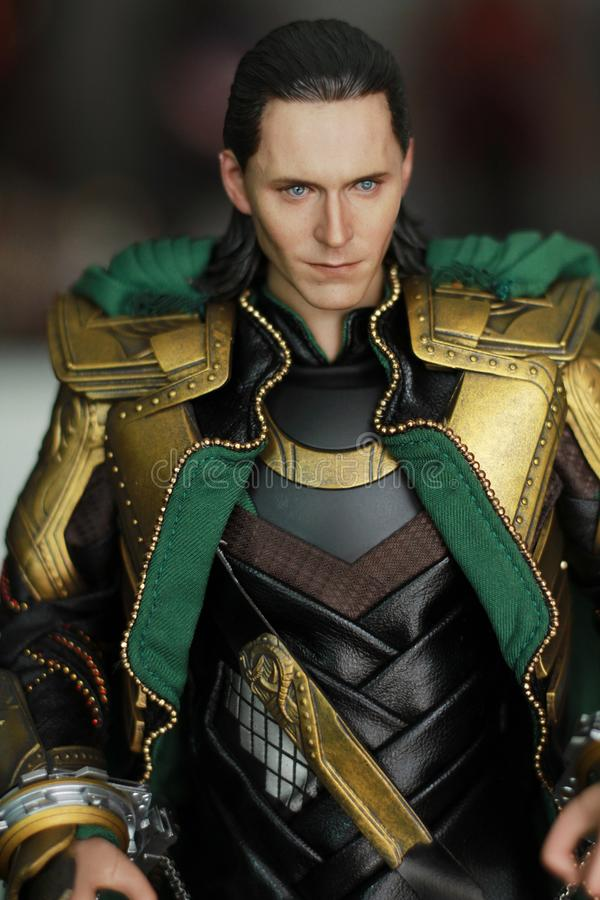 Tiro ascendente cercano de la figura de Loki Bad Guy en aparecer que lucha de la acción en cómic americanos por maravilla imagen de archivo