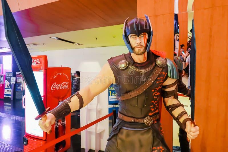 Tiro ascendente cercano de la figura de los super héroes de THOR Ragnarok en luchar de la acción Thor que aparece en c?mic americ imagenes de archivo