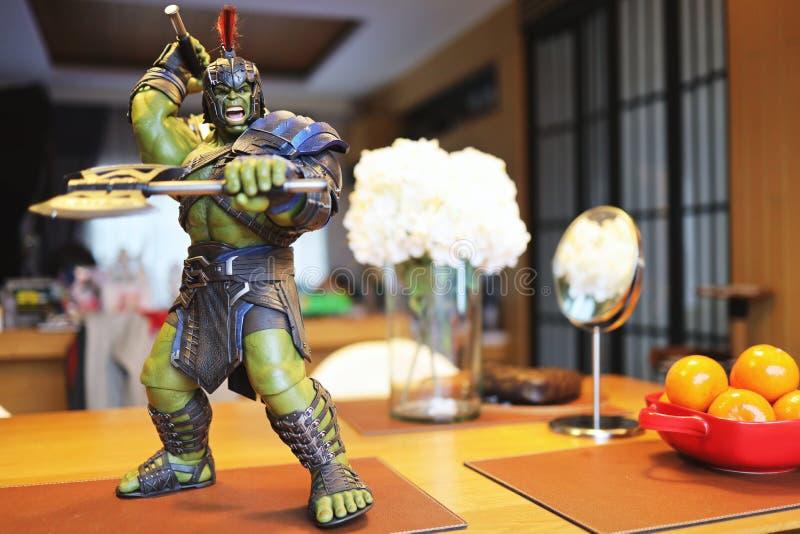 Tiro ascendente cercano de la figura de los superheros del gladiador del armatoste en la acción foto de archivo