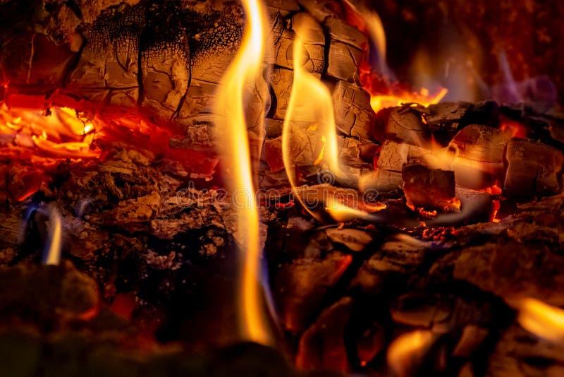 Tiro ascendente cercano de la leña ardiente en la chimenea en el tiempo de la Navidad fotografía de archivo