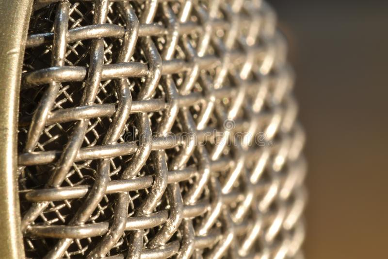 Tiro ascendente cercano de la malla retra del micrófono al ángulo imagen de archivo