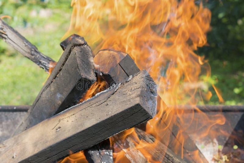 Tiro ascendente cercano de la quema Fondo enmascarado Cocinando los carbones para cocinar la barbacoa en parrilla Hoguera hermosa foto de archivo