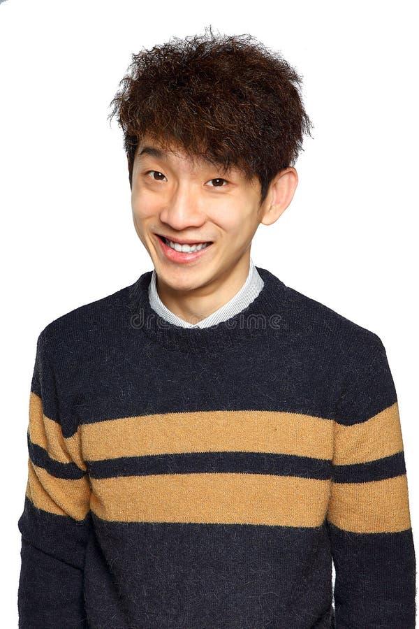 Tiro ascendente de la sonrisa del cierre asiático joven del hombre foto de archivo