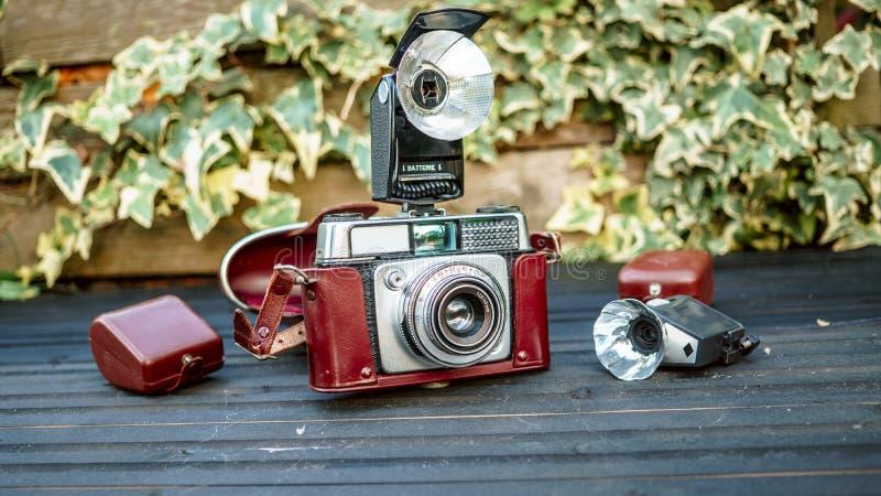 Tiro ascendente próximo da câmera velha da fotografia com a lanterna elétrica na tabela fotos de stock