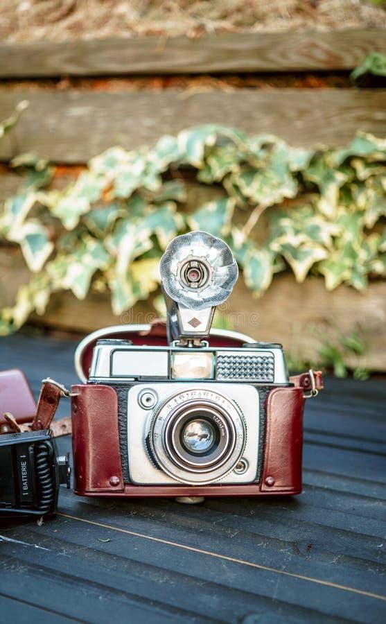 Tiro ascendente próximo da câmera velha da fotografia com a lanterna elétrica na tabela foto de stock