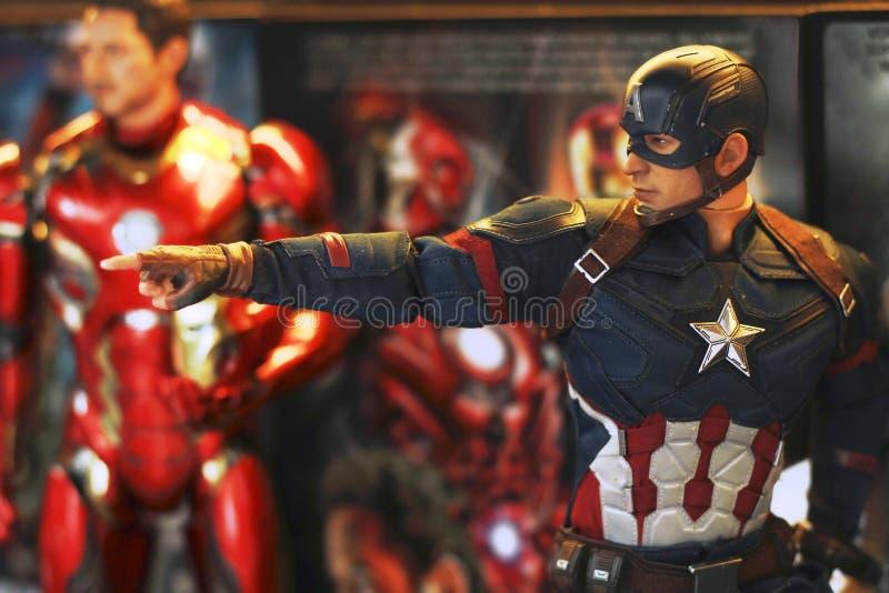 Tiro ascendente próximo da figura dos superheros do capitão America Civil War fotografia de stock