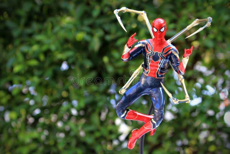 Tiro ascendente próximo da figura dos superheros do homem-aranha do ferro na ação imagem de stock royalty free