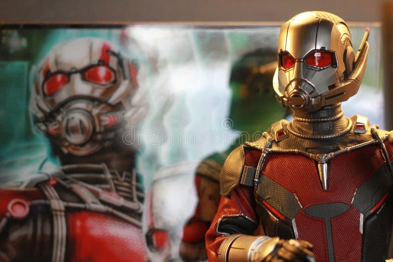 Tiro ascendente próximo da figura dos superheros da guerra civil de Antman fotografia de stock royalty free