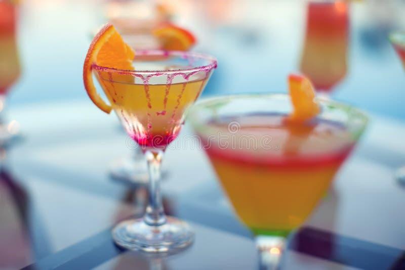 Tiro ascendente próximo de cocktail coloridos Alimento e bebidas fotografia de stock royalty free