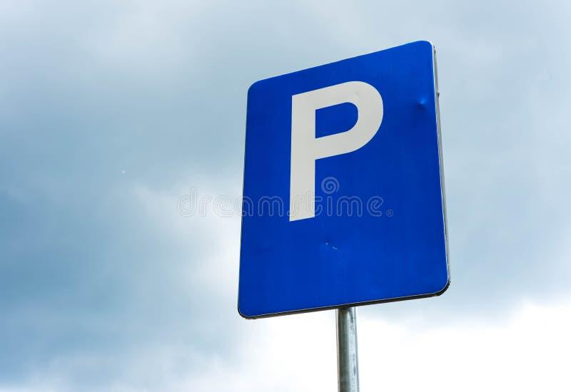 Tiro ascendente próximo de estacionamento worned azul do sinal imagens de stock royalty free