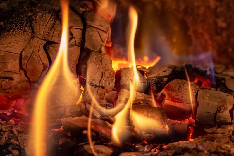 Tiro ascendente próximo de lenha ardente na chaminé no tempo do Natal fotos de stock