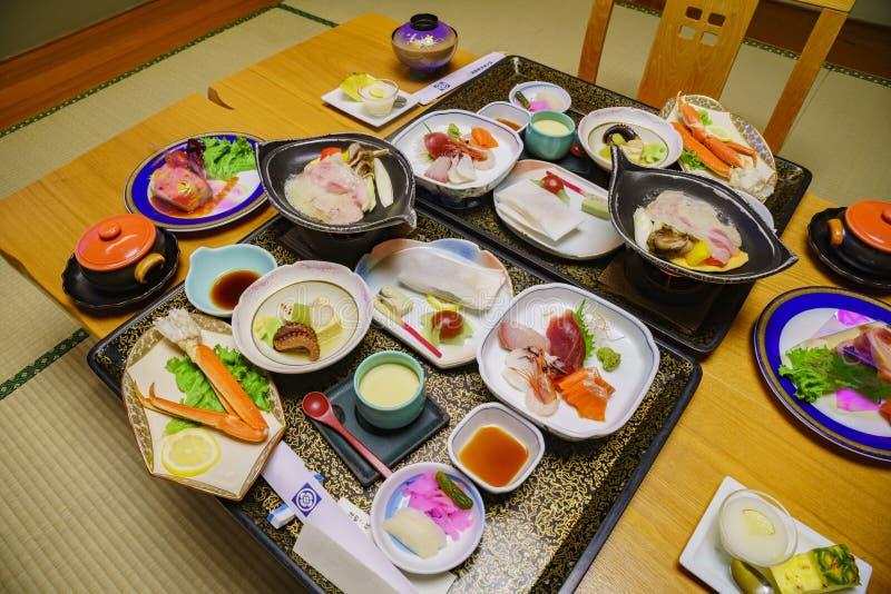 Tiro ascendente próximo de um jantar delicioso e suntuoso de Kaiseki imagens de stock