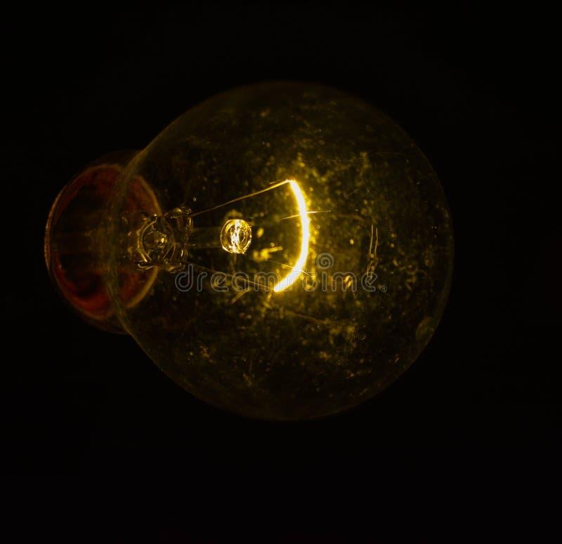 Tiro ascendente próximo do filamento elétrico de incandescência do bulbo foto de stock