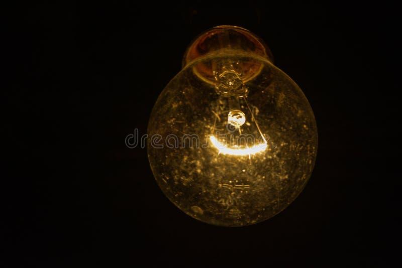Tiro ascendente próximo do filamento elétrico de incandescência do bulbo fotos de stock royalty free