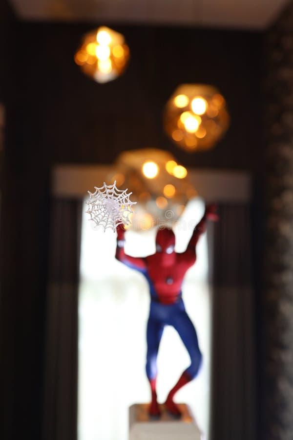 Tiro ascendente próximo do homem-aranha, figura dos superheros fotos de stock royalty free