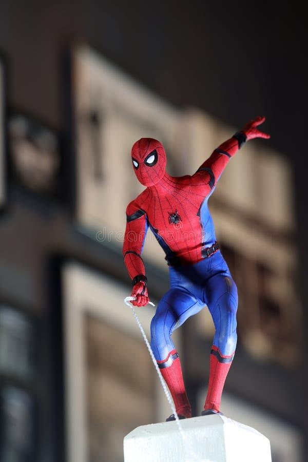 Tiro ascendente próximo do homem-aranha, figura dos superheros imagens de stock