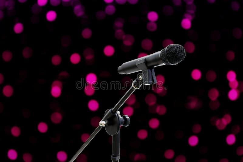 Tiro ascendente próximo do microfone em romântico bonito borrado do fundo cor-de-rosa roxo do bokeh imagem de stock