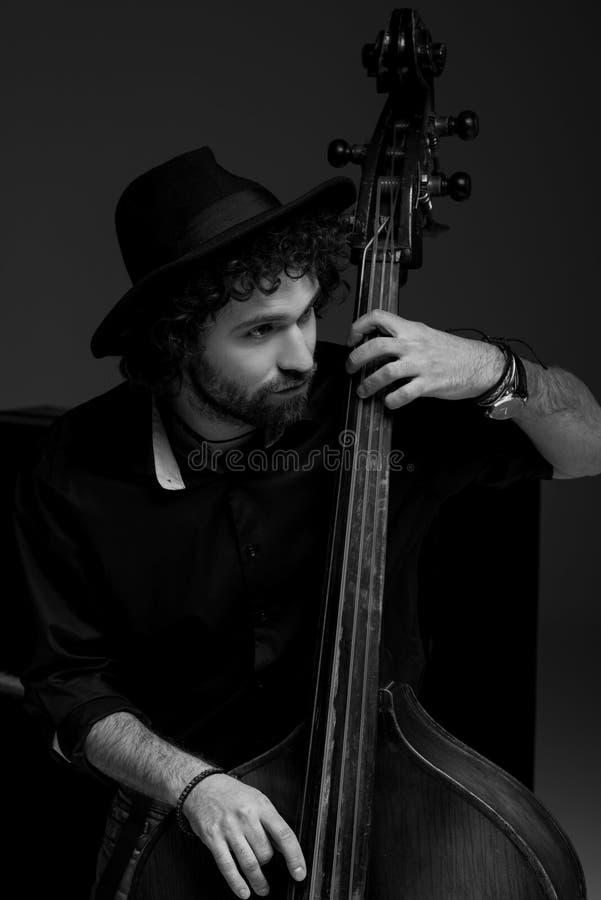 tiro blanco y negro de jugar hermoso del músico fotografía de archivo libre de regalías