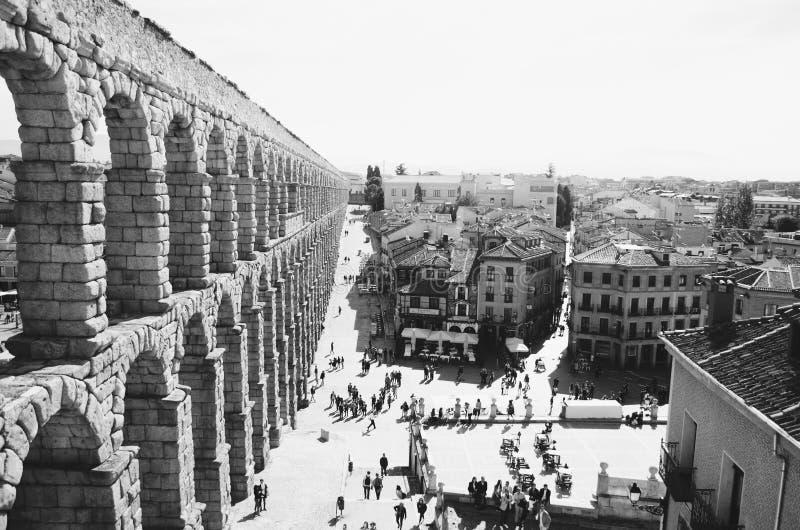 Tiro blanco y negro hermoso de un acueducto en España imagen de archivo