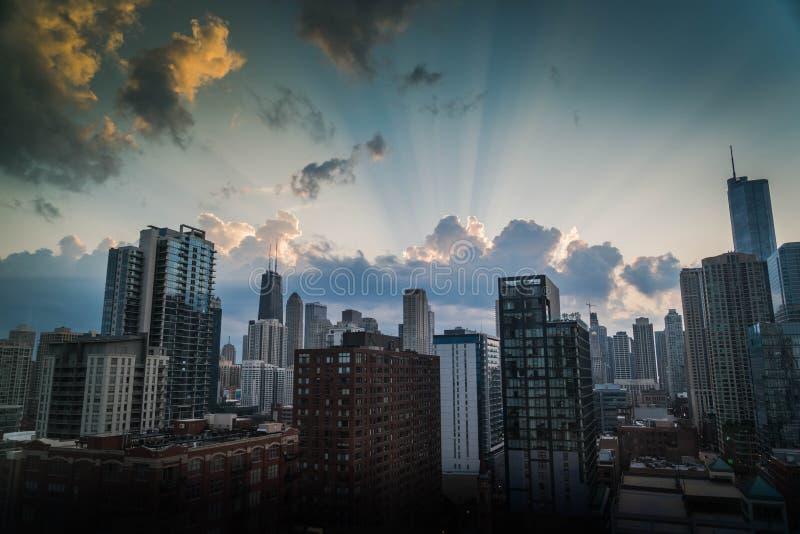 Tiro bonito da cidade de Chicago com as grandes nuvens excitantes no céu fotos de stock royalty free