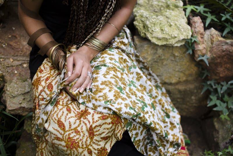 Tiro bonito das mãos da mulher em muitos braceletes imagem de stock