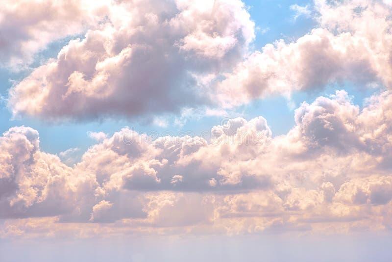 Tiro bonito de grandes nuvens excitantes no céu azul imagem de stock royalty free