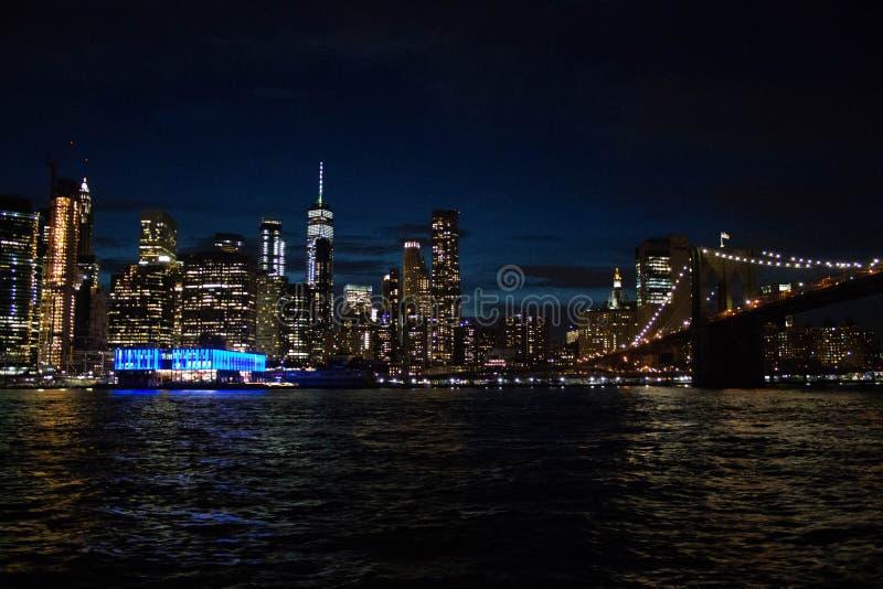 Tiro bonito de Manhattan e a ponte na noite fotografia de stock