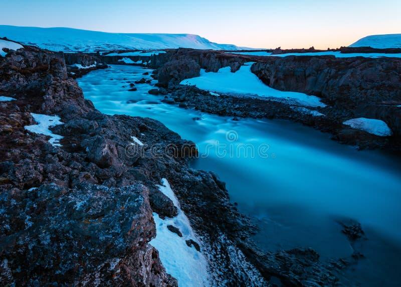 Tiro bonito de um rio em um campo rochoso fotos de stock