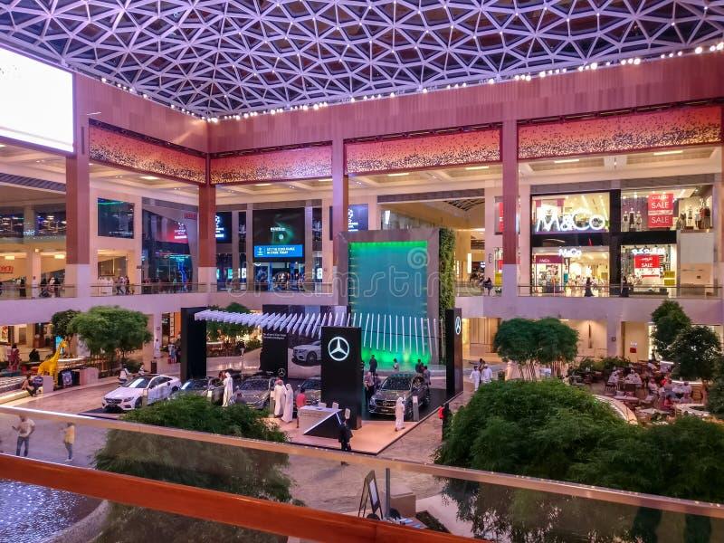 Tiro bonito do design de interiores e das luzes da alameda de Yas na cidade de Abu Dhabi fotos de stock royalty free