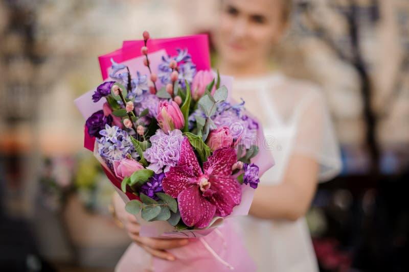 Tiro borrado da menina com o ramalhete muito bonito no papel cor-de-rosa fotos de stock royalty free