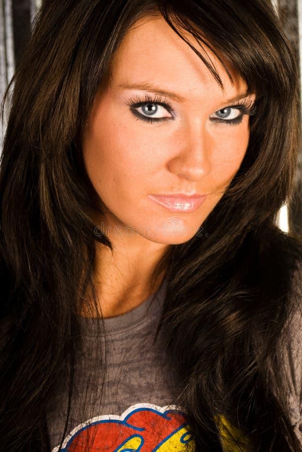 Tiro cabelludo oscuro atractivo de la pista de la mujer del modelo de manera imagen de archivo libre de regalías