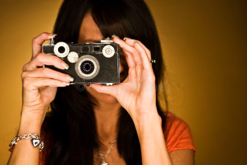 Tiro cabelludo oscuro atractivo de la pista de la mujer del modelo de manera fotos de archivo