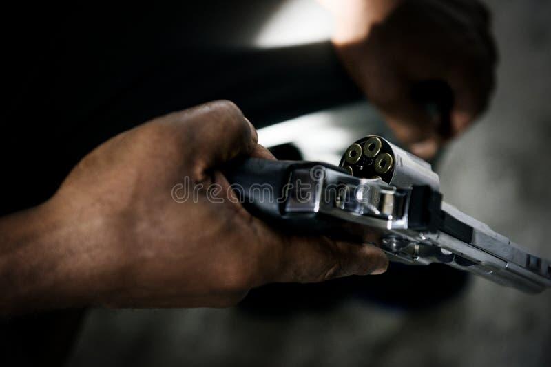Tiro cargado arma del hombre del peligro imagen de archivo libre de regalías