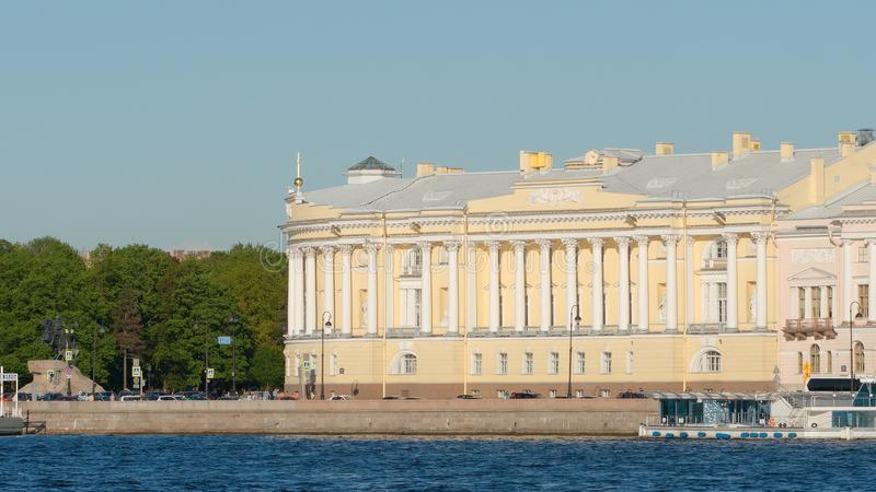 Tiro cercano del edificio del senado y del sínodo y del río de Neva imagen de archivo libre de regalías