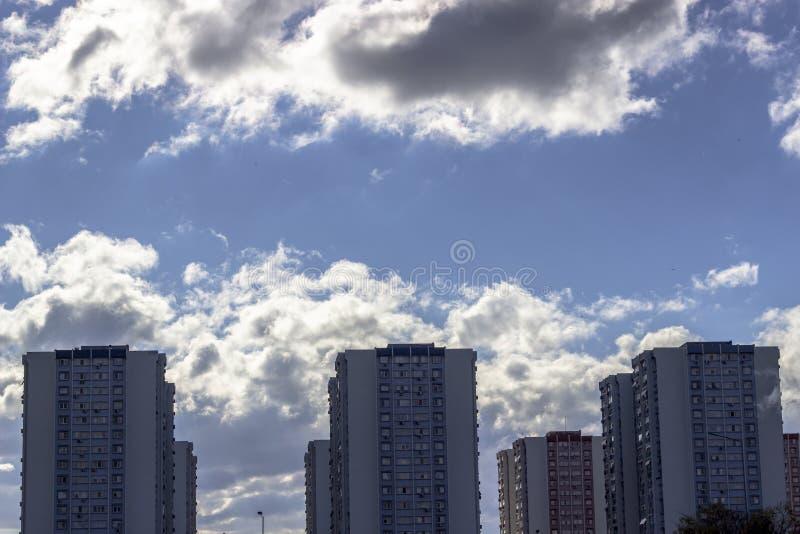 Tiro claro largo da disposição de construções concretas com fundo do céu azul imagens de stock