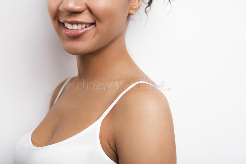 Tiro colhido da mulher irreconhecível de sorriso foto de stock