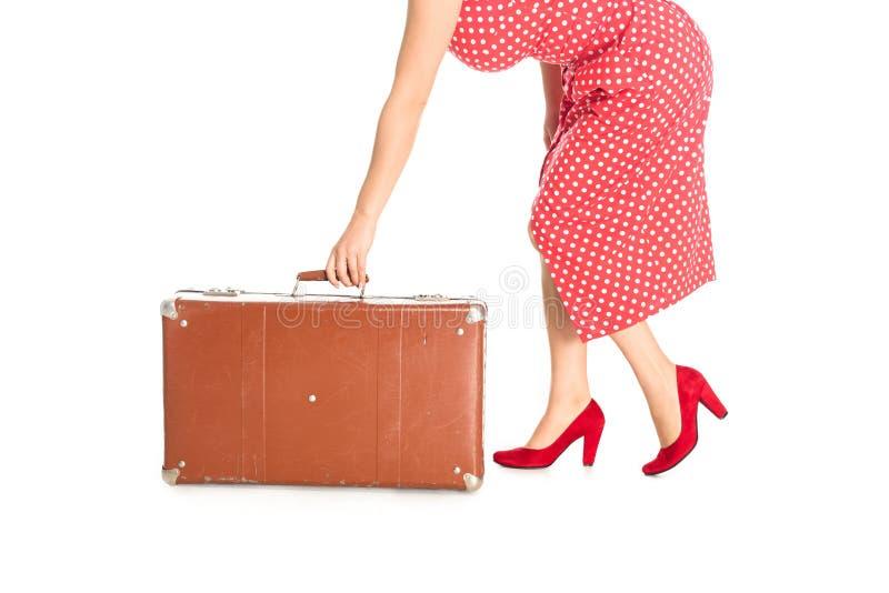 tiro colhido da mulher que guarda a mala de viagem do vintage fotos de stock