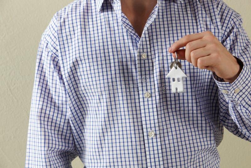 Tiro colhido de chaves da terra arrendada do homem   fotografia de stock royalty free