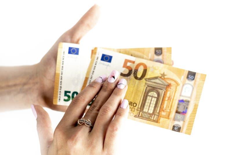 Tiro colhido de uma mão irreconhecível da mulher que guarda a euro- cédula foto de stock
