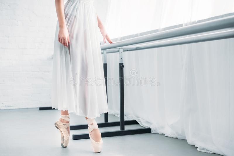 tiro colhido do bailado praticando da bailarina nova elegante no estúdio foto de stock royalty free