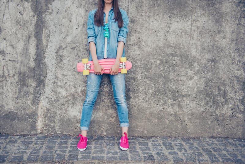 Tiro colhido do moderno novo fresco adolescente no equipamento e no rosa das calças de brim fotografia de stock royalty free