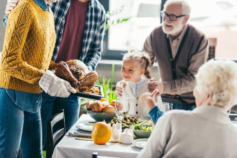 tiro colhido do peru levando do homem e da mulher para o jantar da ação de graças quando vista entusiasmado da família fotos de stock