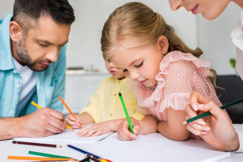tiro colhido dos pais com as crianças pequenas bonitos fotografia de stock