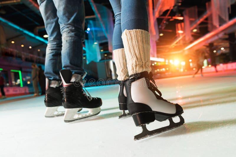 tiro colhido dos pares na patinagem no gelo dos patins fotos de stock royalty free