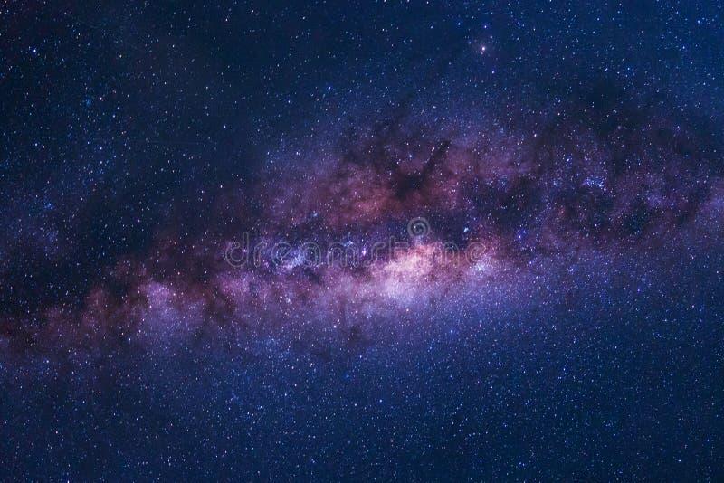 Tiro colorido del espacio de la galaxia de la vía láctea con las estrellas en una noche SK imagen de archivo