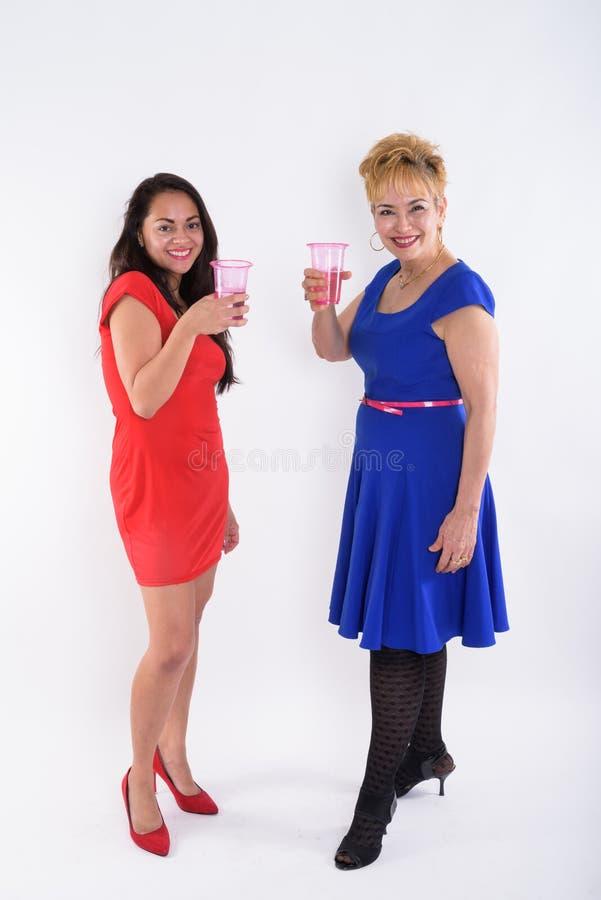 Tiro completo do corpo da mulher asiática superior feliz e de w bonito novo imagem de stock royalty free